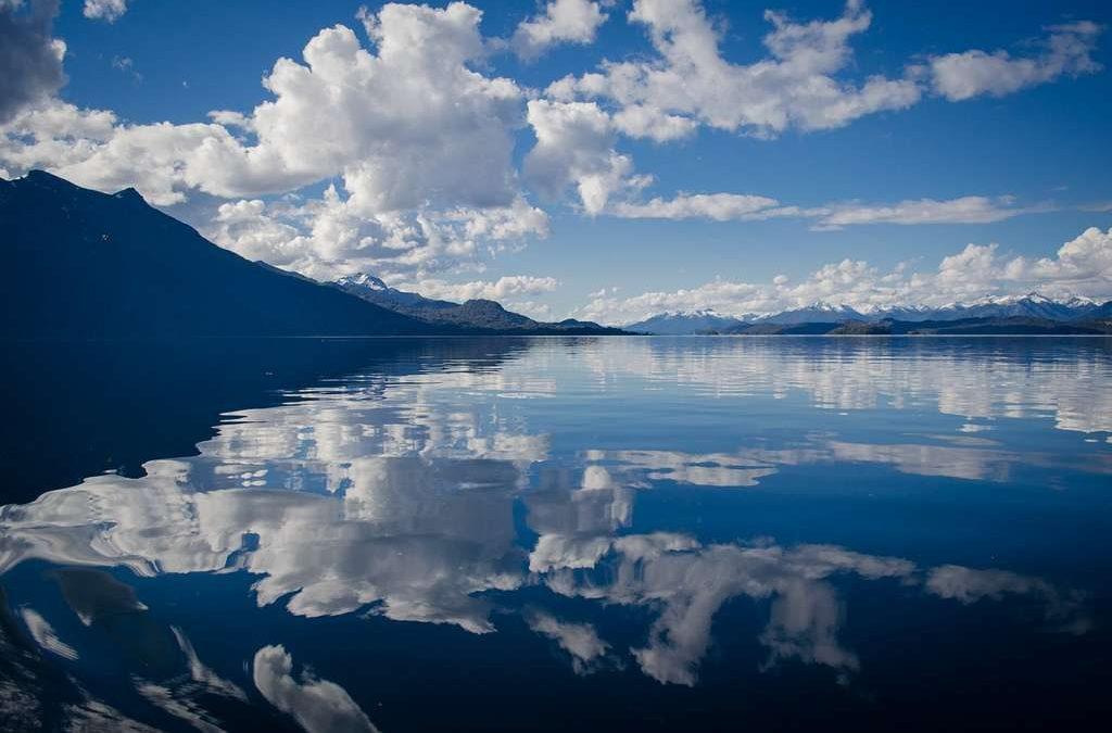 lac miroir bleu nuages